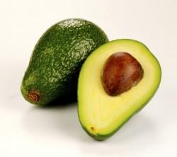 """Avokado yağlı bir besin maddesidir ama kalp dostu """"tekli doymamış"""" yağlar içerir. Detoks yaparken yağlara ihtiyacımız vardır. Öd kesesinde safranın atılmasına yardım eder ve yağda çözünen vitaminleri emer. Bu vitaminlere örnek olarak A, D, E ve K verilebilir. Avokado aynı zamanda folik asit ve B5 vitamini ile potasyum içerir. İhtiva ettiği fifleri de unutmayalım."""